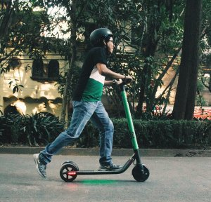 green scooter - sana y hermosa