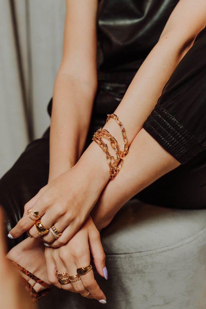 Ring Stacking, un fenómeno para los amantes de las joyas y la moda que invita a combinar y apilar varios anillos en una o ambas manos.