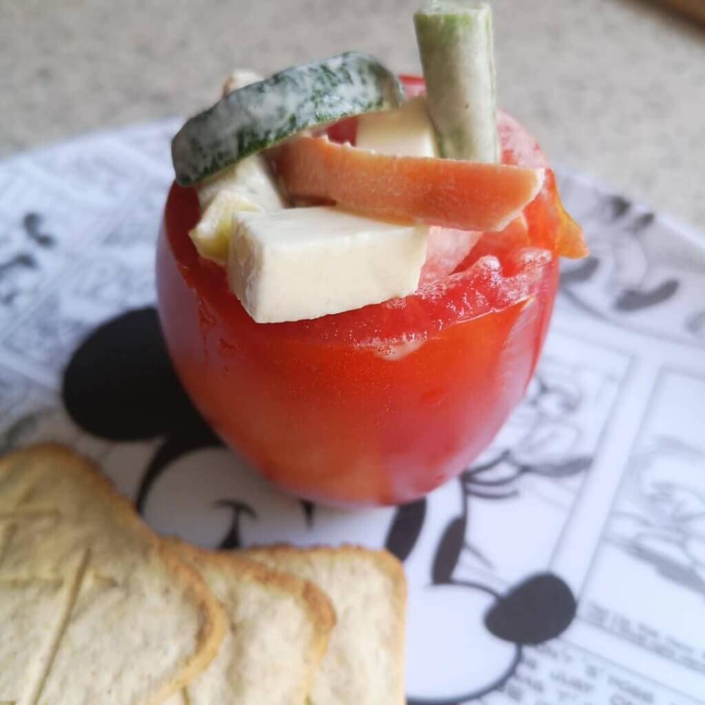 Jitomates rellenos de queso panela y verduras