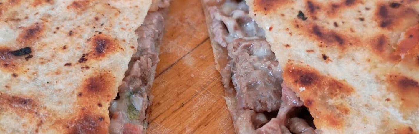 Una receta extremadamente sencilla, barata y que puedes hacer siempre que tengas antojo es de Pan Árabe con carne y tocino.